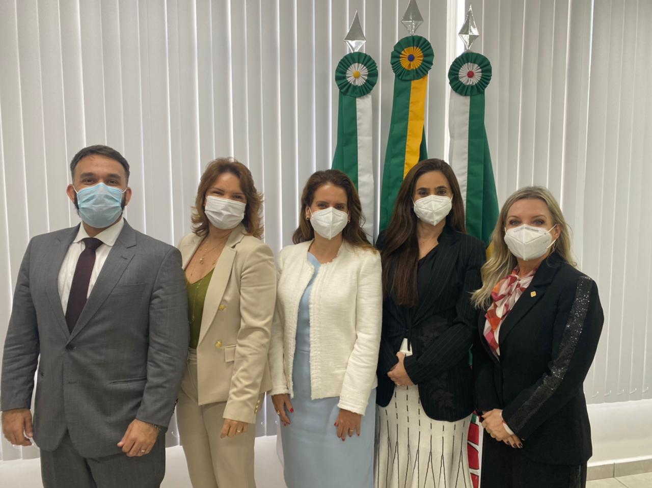 na foto, conselheira sandra ao lado de membros do MP do Rio Grande do Norte