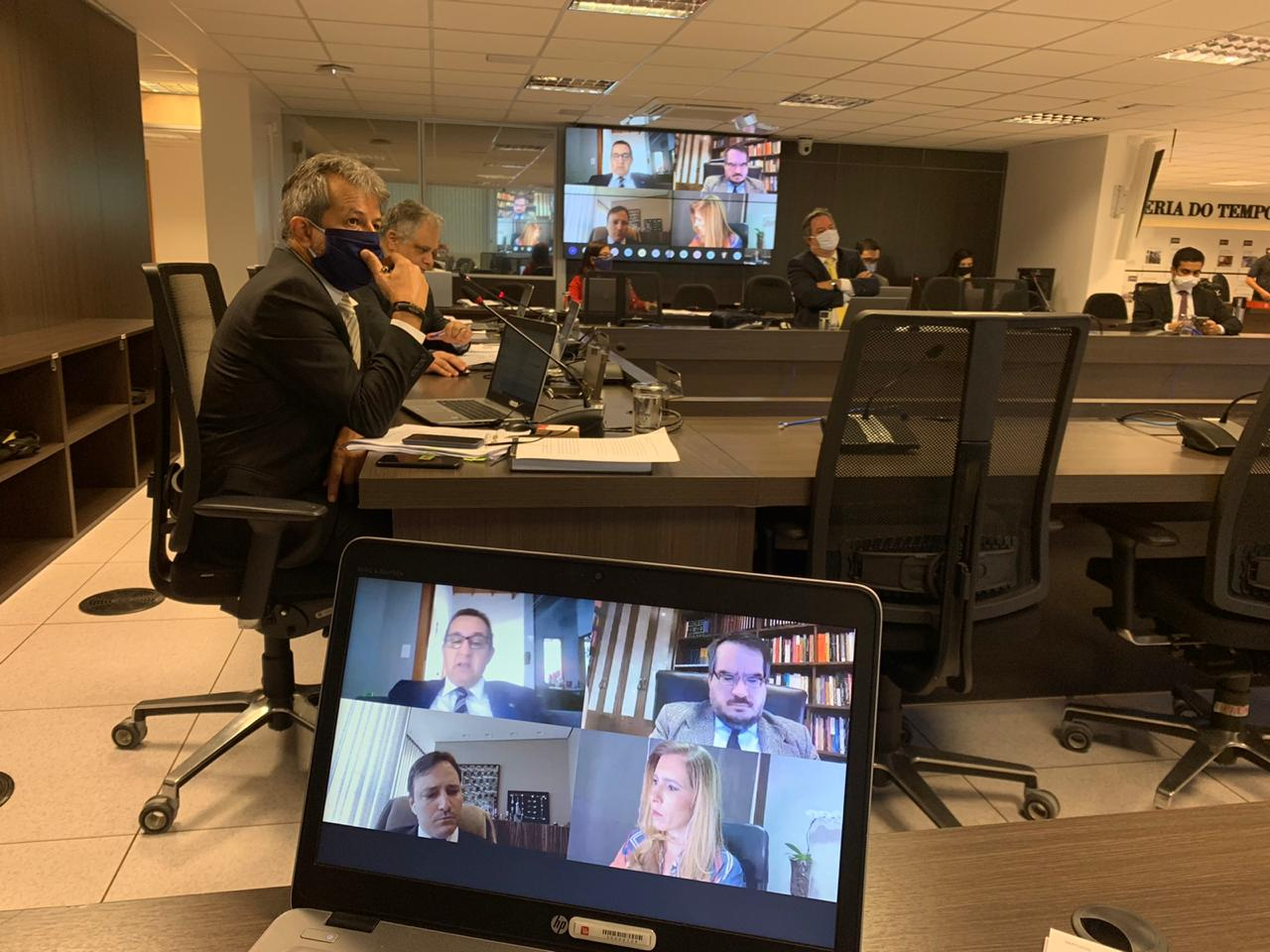 Plenário do CNMP com conselheiros em videoconferência