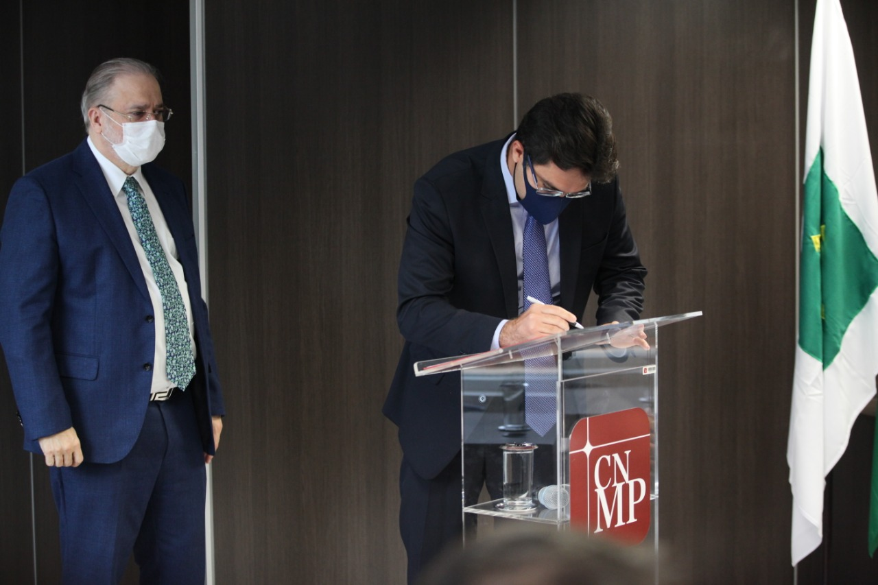 Assinatura do acordo pelo conselheiro Luciano Nunes