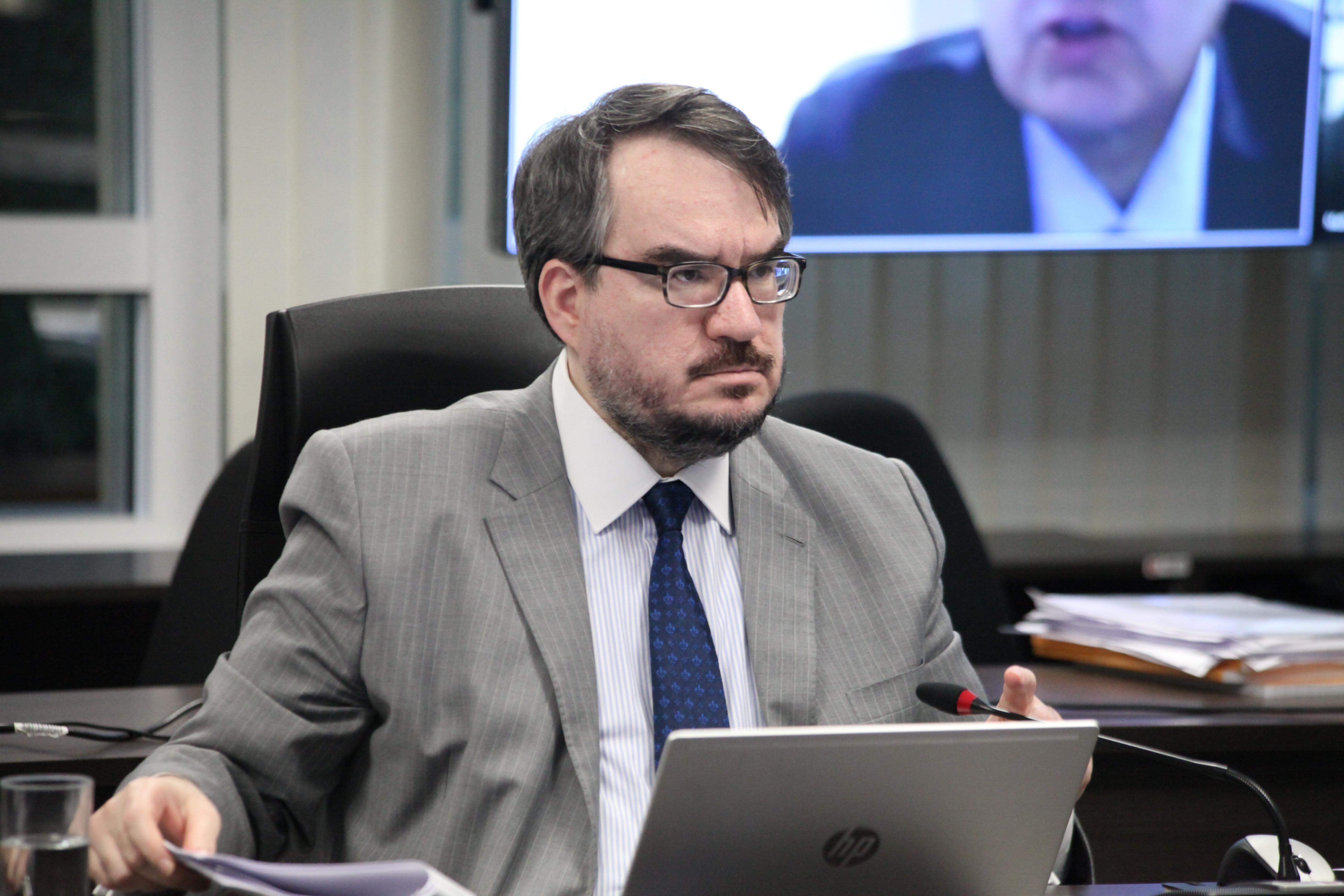 Fotografia do conselheiro Otavio durante sessão plenária