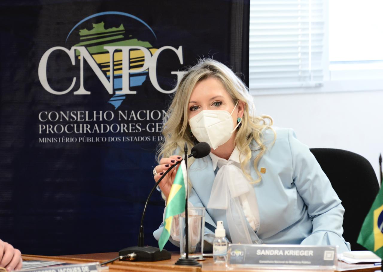 Conselheira Sandra em frente ao banner com a sigla CNPG