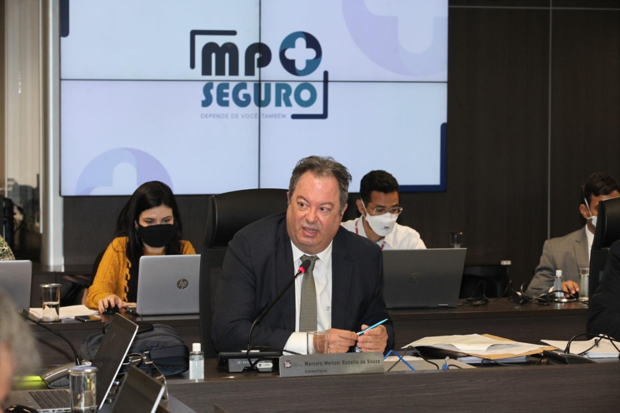 Foto do conselheiro no plenário do CNMP