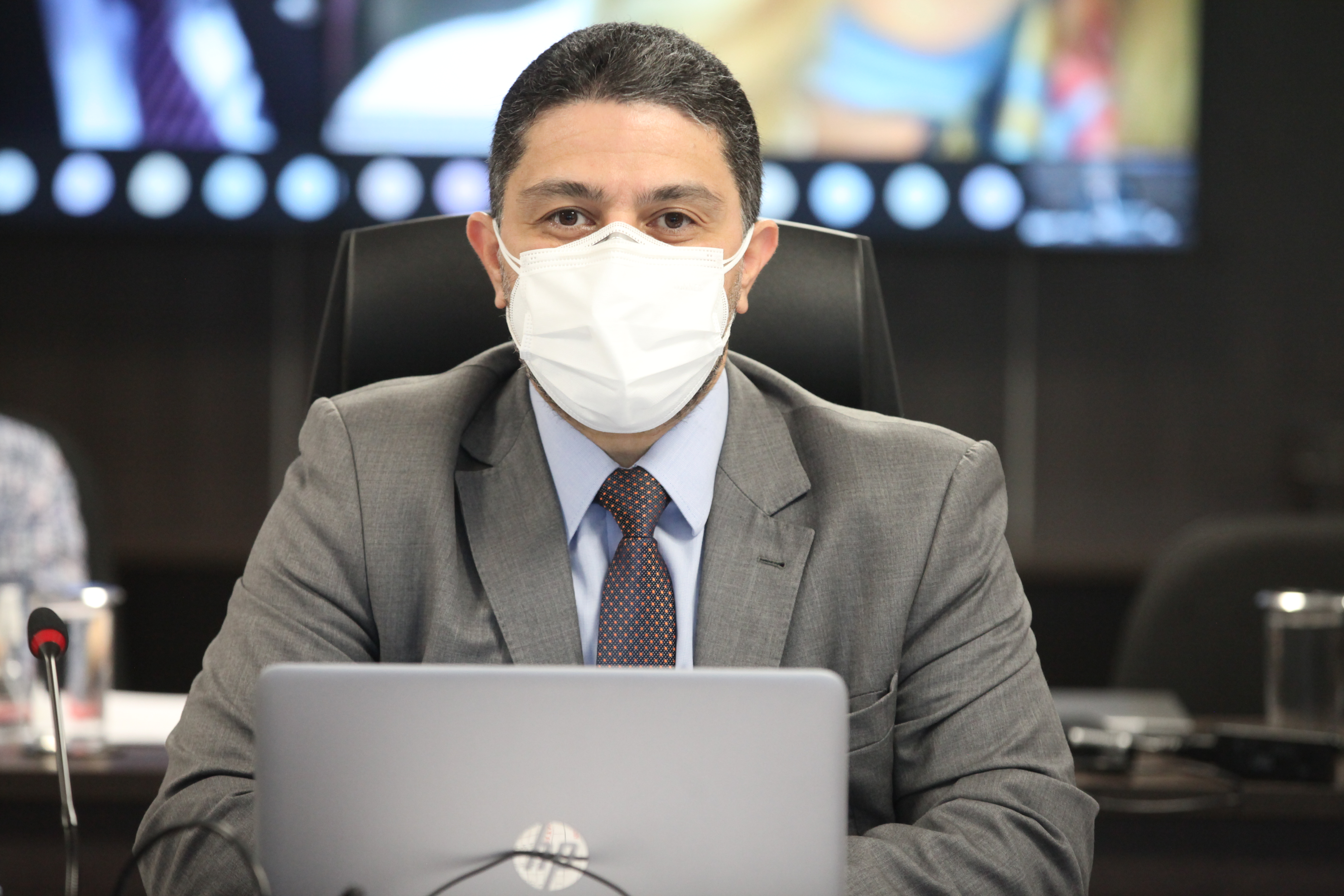 Foto do conselheiro Silvio Amorim durante sessão plenária